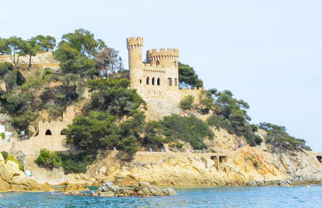 El castillo d'en Plaja se puede apreciar desde el Camino de Ronda que bordea la costa