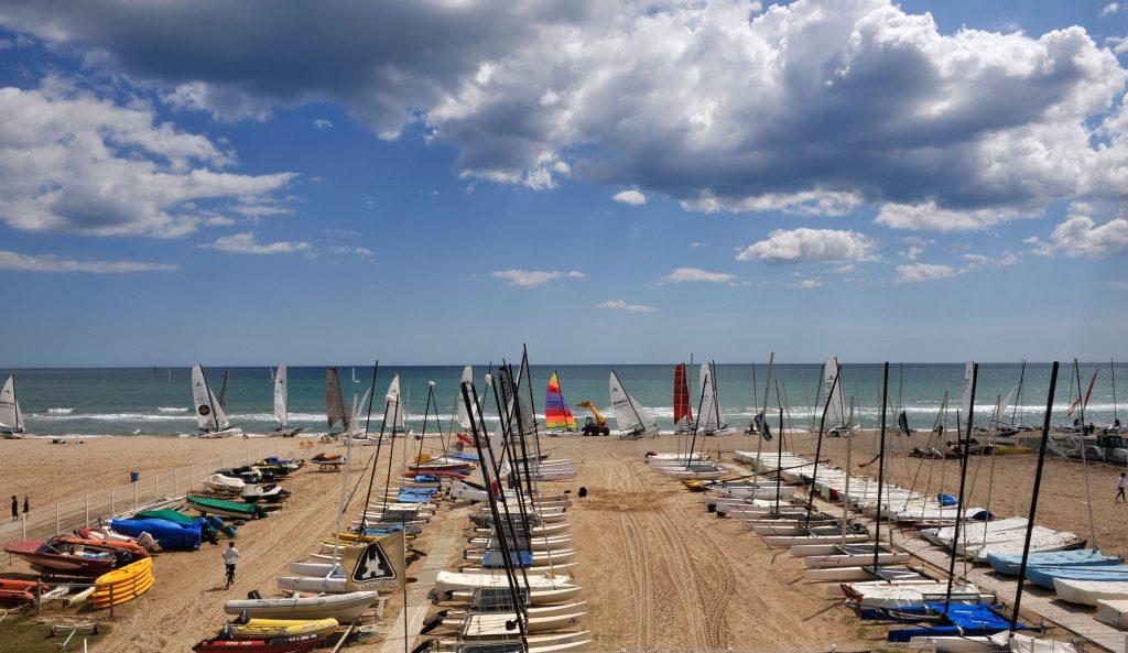 Al alquiler de piso en Castelldefels permite disfrutar de deporte nauticos