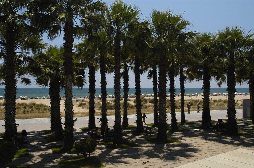 Castelldefels tiene un largo paseo para recorrer junto a la playa